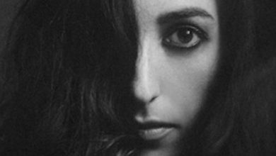 Photo of Marissa Nadler with « Strangers » in the night